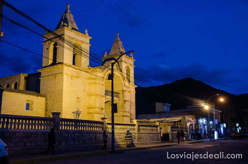 iglesia de uno de los pueblos del valle del colca con el cielo azul casi negro e iluminada