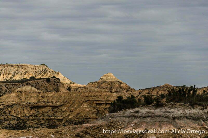 paisaje de rocas calizas erosionadas por el agua bajo cielo nublado y gris