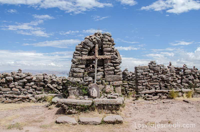 altar con cruz de piedra