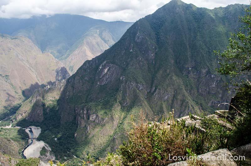 montañas de laderas vertiginosas cubiertas de vegetación y al fondo el río