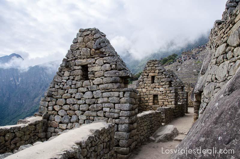 casas de machu picchu con muros de piedras a falta del tejado