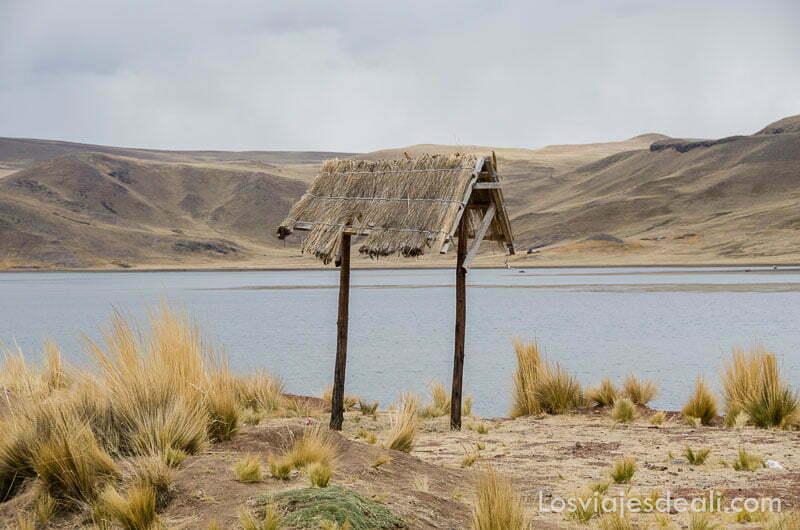 chamizo con techo de paja y el lago detrás