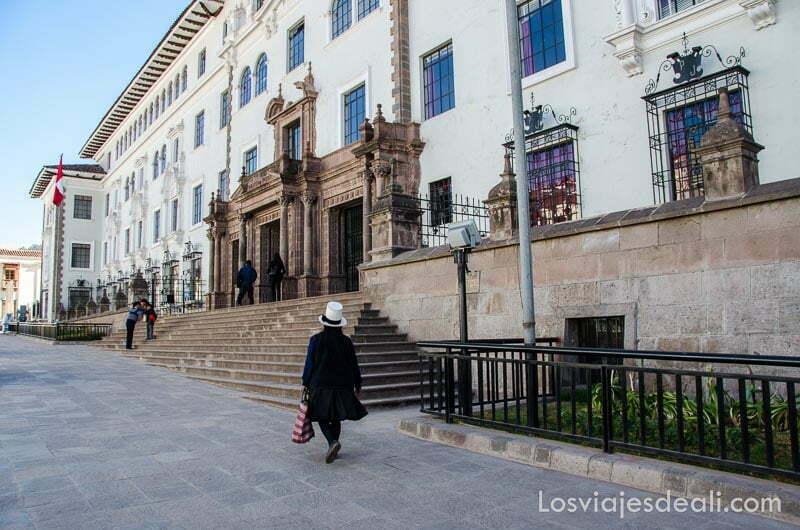 mujer indígena andando junto al palacio de justicia