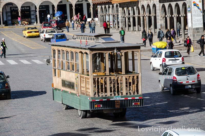 tranvía de madera circulando por la plaza de armas de cuzco