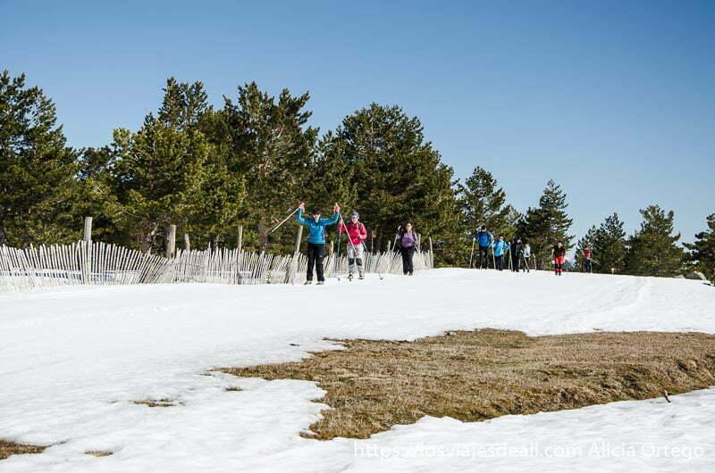 fila de personas haciendo esquí de fondo en la escapada low cost en la sierra de madrid