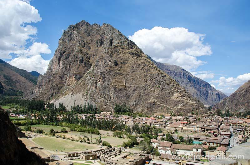 montaña de ollantaytambo con construcciones incas