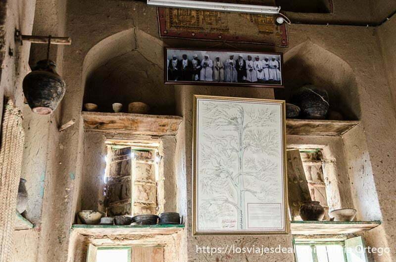 árbol genealógico enmarcado y fotografía de hombres de omán sentados en fila