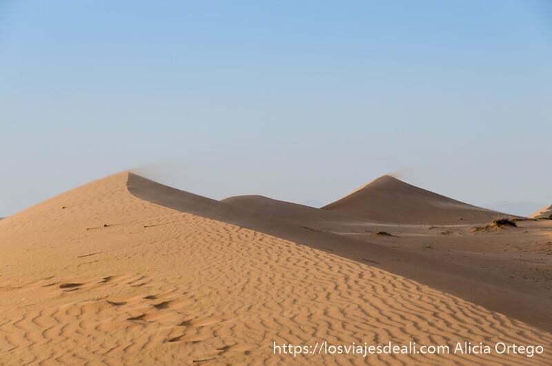 tres dunas con arena movida por el viento en su cresta