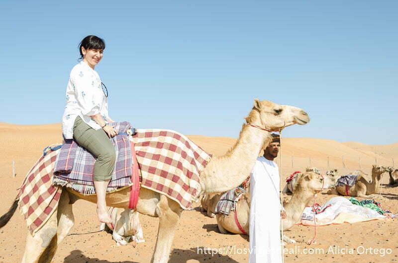 yo subida a un camello en el desierto de wahiba en omán