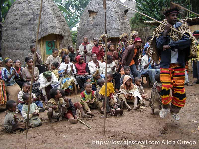 baile tradicional con hombres con piel de leopardo en la espalda en una aldea dorze
