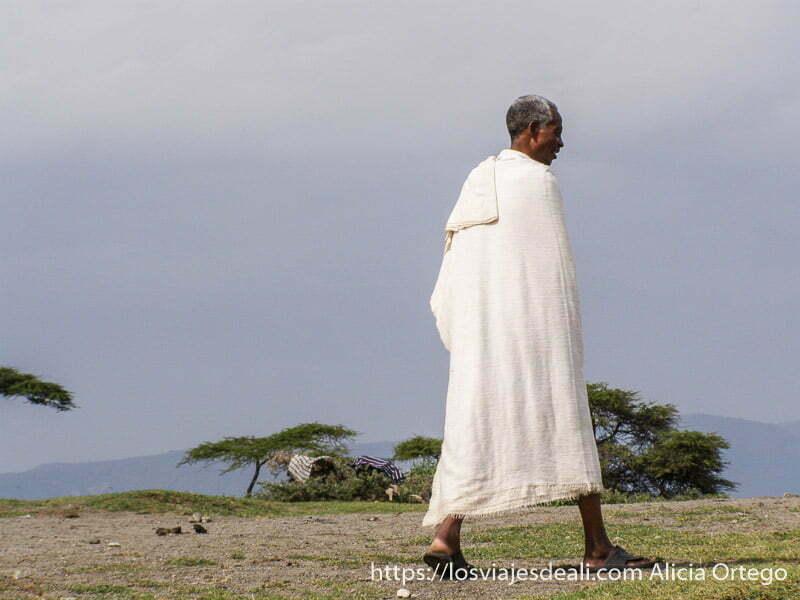 hombre etíope envuelto en toalla de algodón después del baño