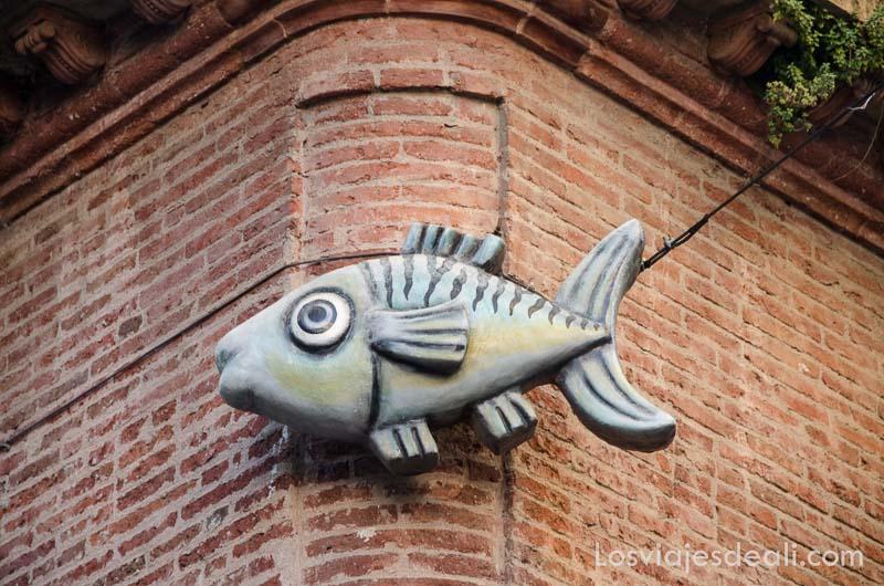 figura de un pez en la esquina de una calle de perpignan
