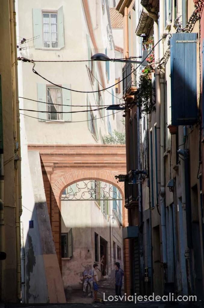 fachada de edificio pintada entera como si fuera la calle
