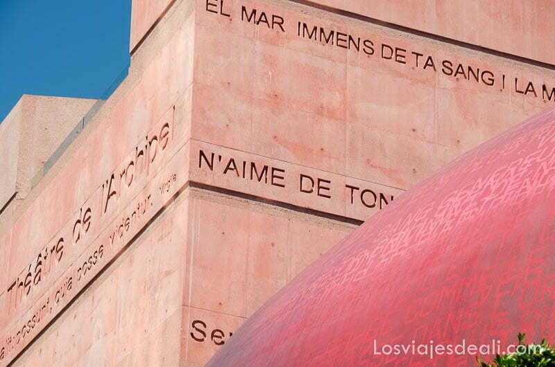 relieves con poemas en el teatro l'archipel de perpignan