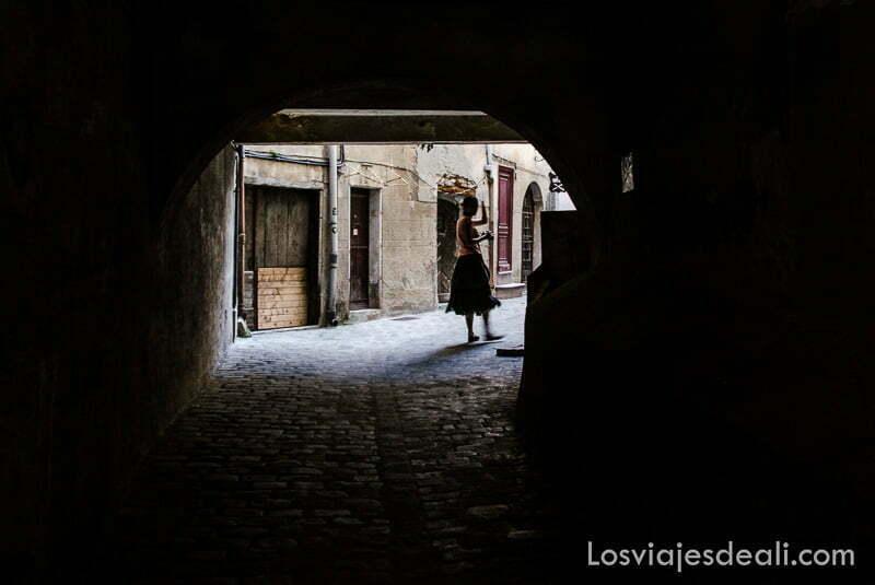 calle con túnel para cruzar a patio interior