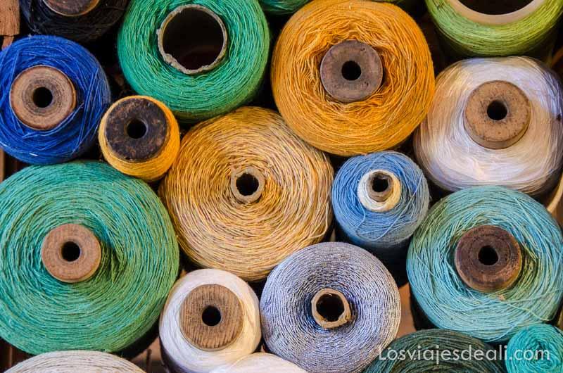 madejas redondas de hilos de colores
