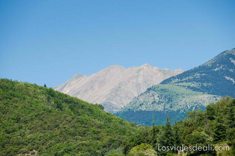 macizo del canigó de roca entre montañas con bosques