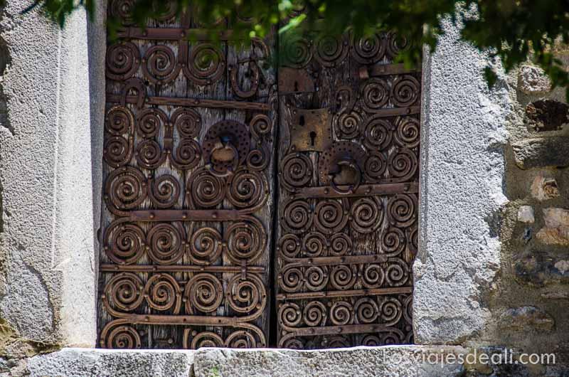 puerta cubierta de espirales de hierro en uno de los pueblos del macizo del canigó