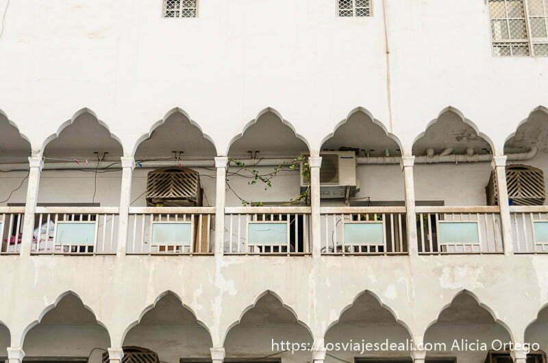 balcones con pórticos y balcones al estilo árabe