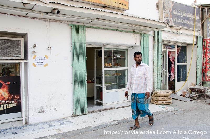 hombre indio andando por una calle de salalah