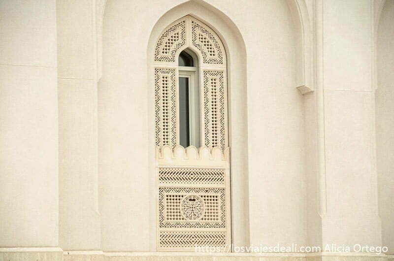 ventana de mezquita con relieves