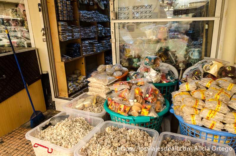 tienda con distintos tipos de incienso en salalah