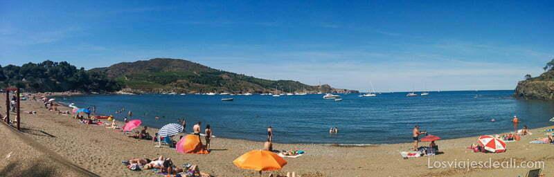 panorámica de la playa de paulilles con algunas sombrillas