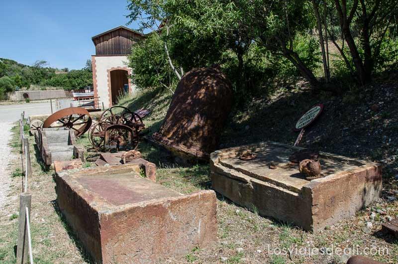 restos de estructuras de edificios en la mina de dinamita de paulilles