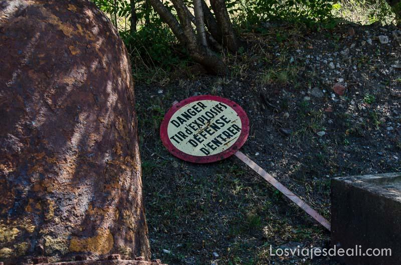 cartel de peligro de explosivos tumbada en el suelo