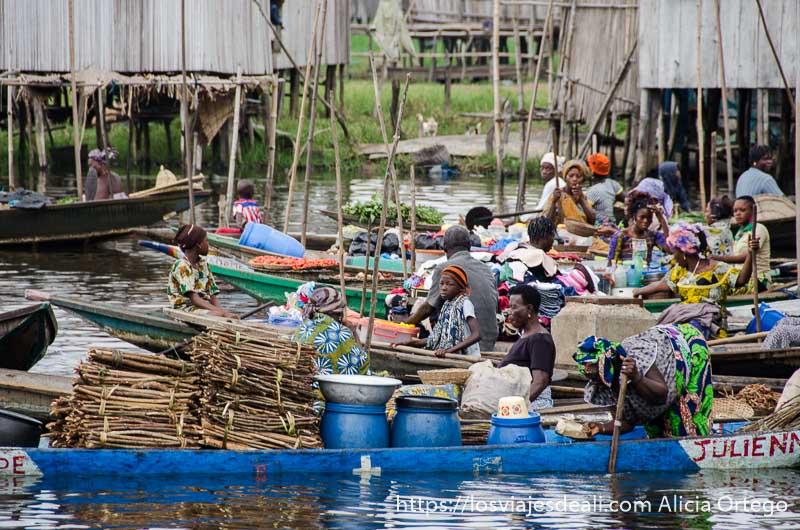 7 u 8 barcas alineadas llenas de mercancías en el mercado flotante de ganvie