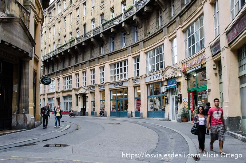 calle de budapest en curva y pareja andando por la acera calles de budapest