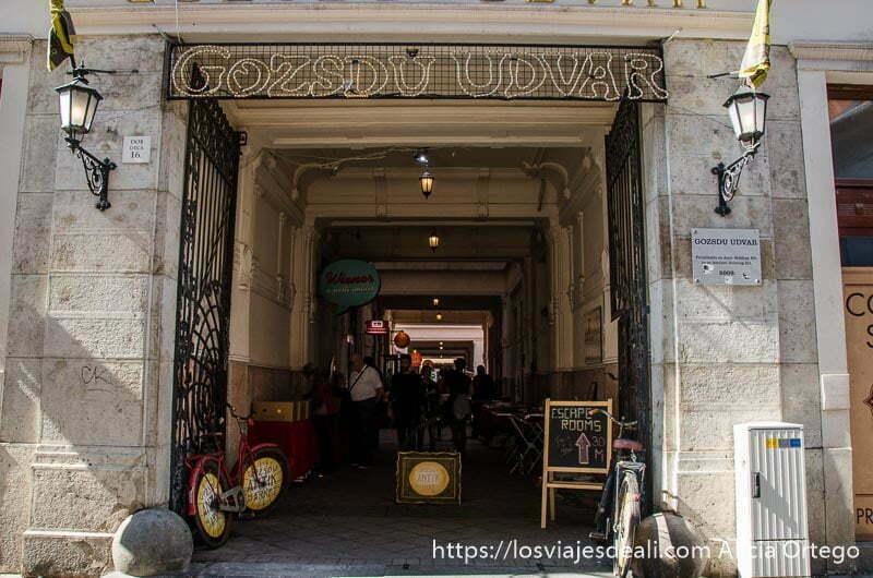 entrada a pasaje de tiendas en el barrio judío calles de budapest