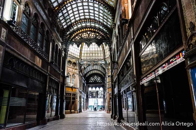 antigua galería comercial de techo altísimo con cúpula acristalada en estilo art noveau calles de budapest