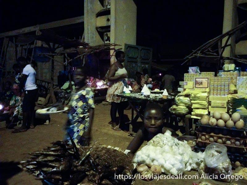 puestos de comida a la entrada del mercado nocturno de abomey