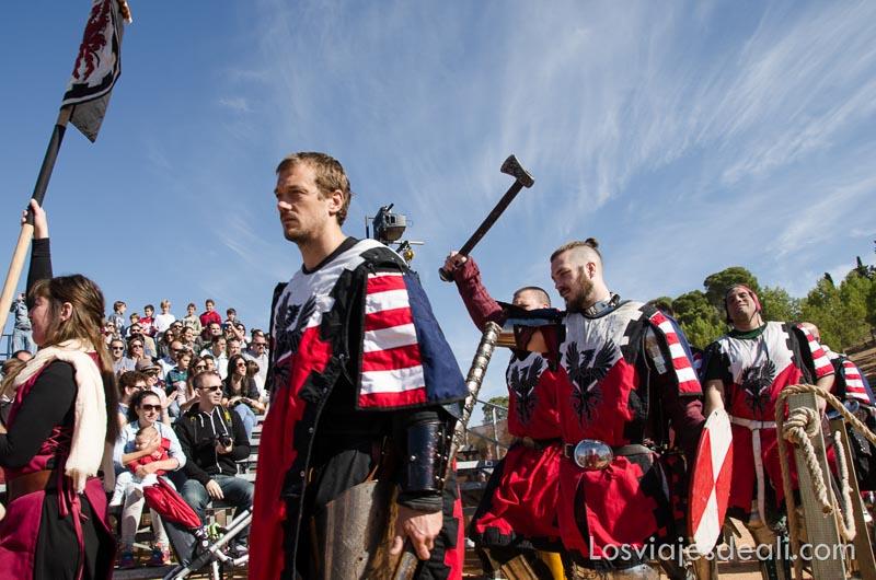 guerreros desfilando uno levantando un hacha en gesto de triunfo torneo internacional de combate medieval