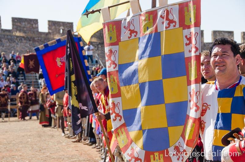 equipos formando con sus banderas torneo internacional de combate medieval