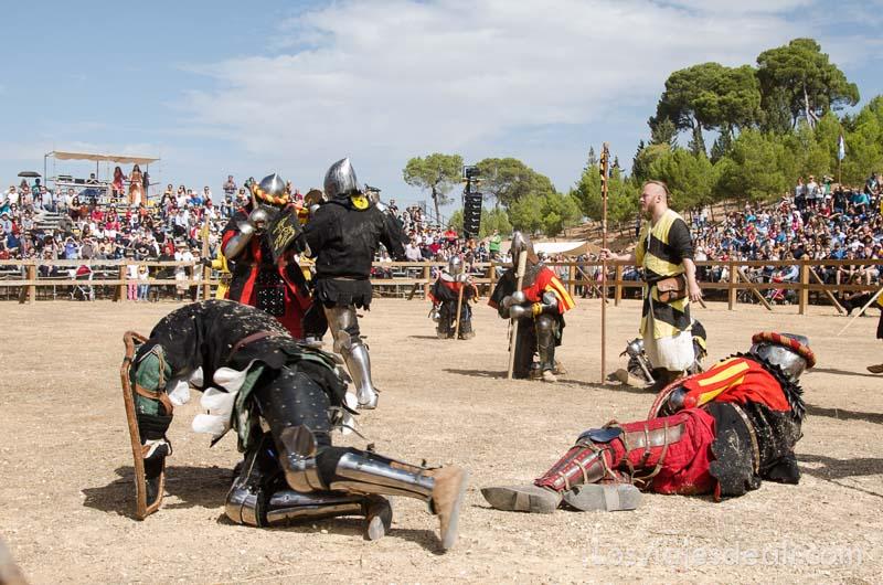 guerreros luchando por parejas en la arena combate medieval en belmonte