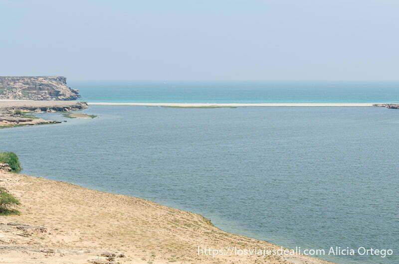 el mar y laguna separados por una ensenada de arena blanca visitas que hacer cerca de salalah
