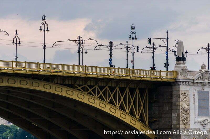 puente de margarita de hierro pintado de amarillo con farolas puentes de budapest