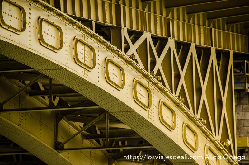 detalle de uno de los arcos del puente de margarita de hierro pintado de amarillo puentes de budapest