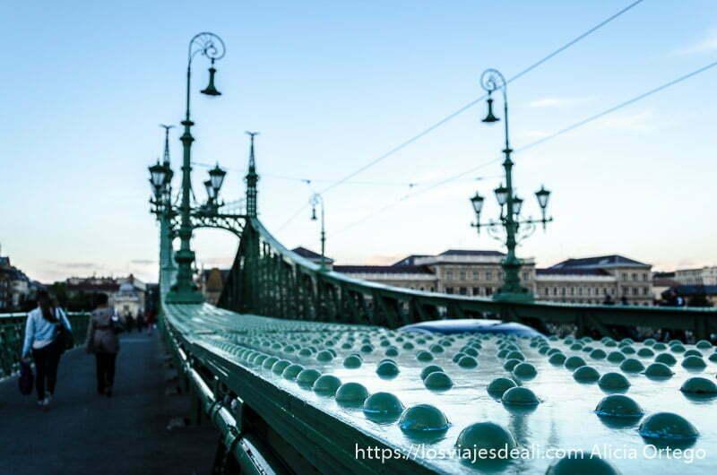 puentes de budapest de hierro pintado de verde
