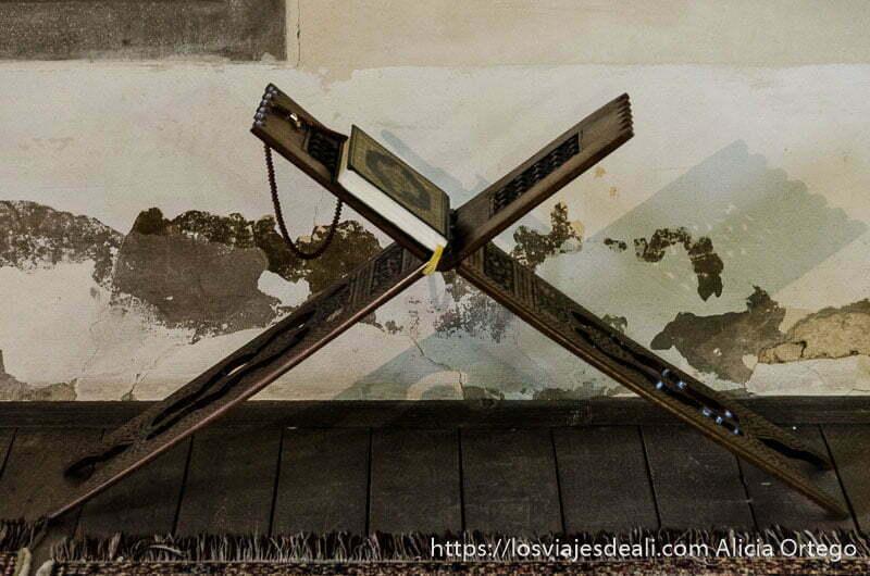 corán en soporte de madera que forma una X qué ver en pécs