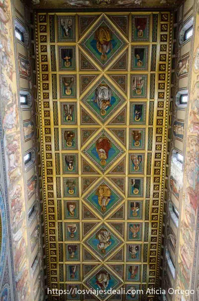 techo de la catedral lleno de pinturas de santos qué ver en pécs