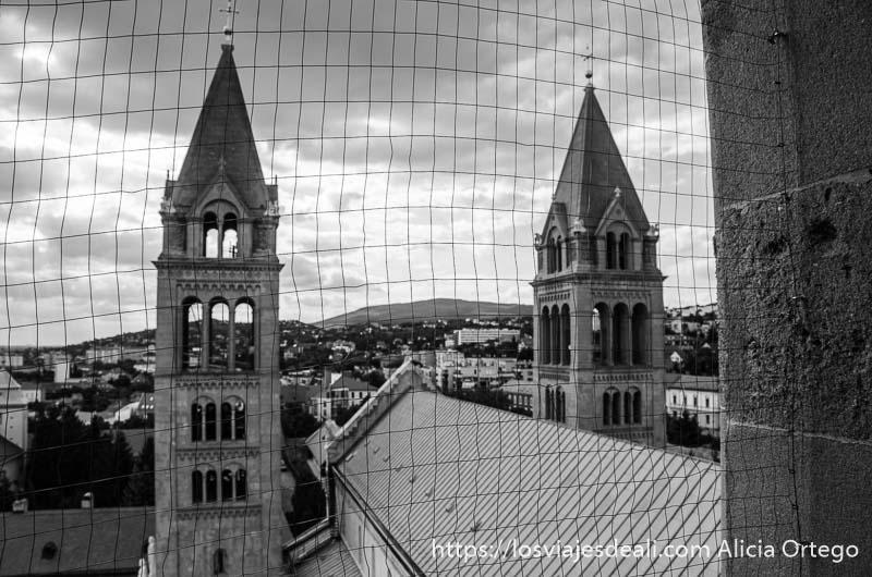las dos torres de la catedral vistas a través de alambrada qué ver en pécs