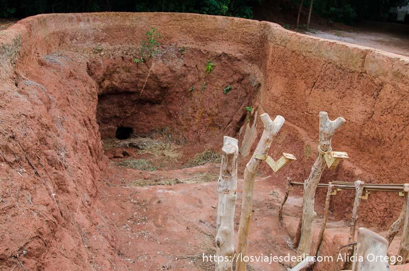 entrada a túneles excavados en tierra roja de agonglo ruta en benin