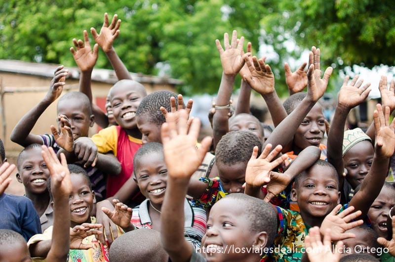 grupo de niños diciendo adiós con la mano ruta en benin