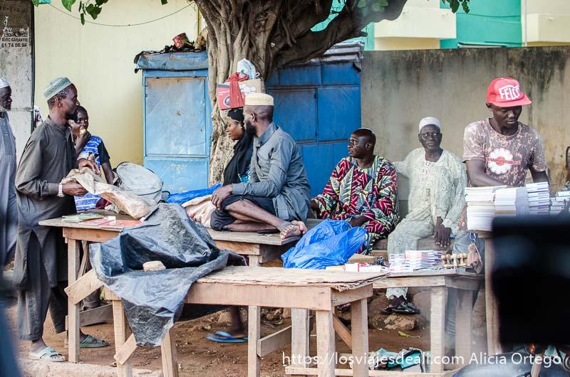 hombres fulbé sentados en la calle con sus gorritos bordados ruta en benin