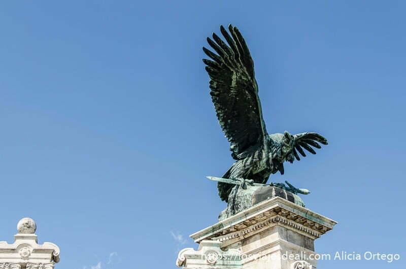 águila de bronce con las alas abiertas guía del budapest monumental