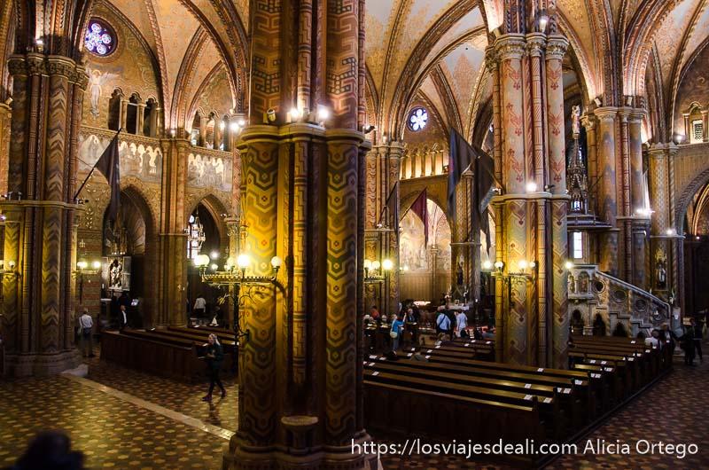 interior iglesia con columnas y pinturas guía del budapest monumental