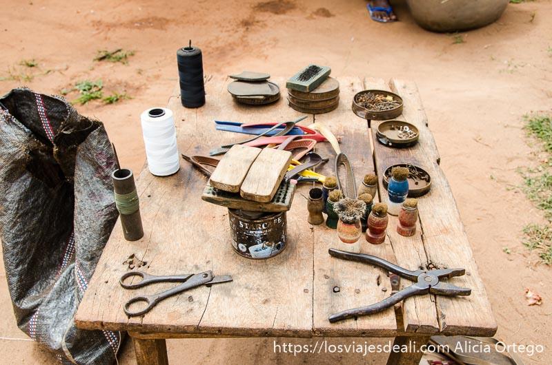 mesa con instrumentos del zapatero de togoville